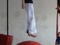saut sur boule d'équilibre atelier 12-18 ans école de cirque Oreka Bayonne