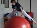 saut par dessus boule d'équilibre atelier 12-18 ans école de cirque Oreka Bayonne