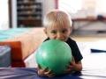 petit garçon avec ballon vert atelier cirque Oreka
