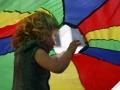 petite fille sous le parachute atelier cirque Oreka