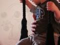 une maman et son fils au trapèze pendant l'atelier parents enfants