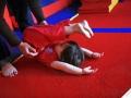petite fille qui apprend la roulade avec maman à Oreka