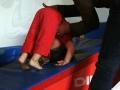mise en pratique de la roulade avec l'aide de maman pendant l'atelier parents enfants