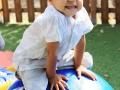 petit garçon sur une boule d'équilibre atelier cirque Oreka