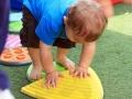 petit garçon sur pierre de rivière : on apprend l'équilibre au cirque