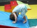petite fille qui fait une roulade toute seule, le cirque ça éveille atelier Oreka