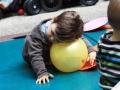 petit garçon repos sur ballon crêche luma atelier cirque Oreka